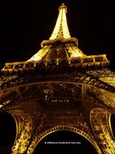 Eiffelurm bei Nacht von unten