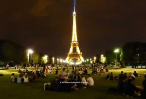 Eiffelurm Picknick bei Nacht Champs de Mars