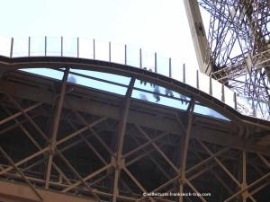 Eiffelturm Sicht auf Glasboden 1. Etage