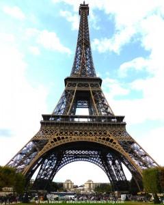 Eiffelturm Gesamtansicht vom Champs de Mars