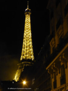 beleuchteter Eiffelturm bei Nacht Straßenansicht